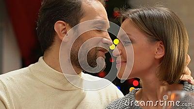 Lyckliga par som tillsammans firar jul, att att bry sig och tillgiven förbindelse arkivfilmer