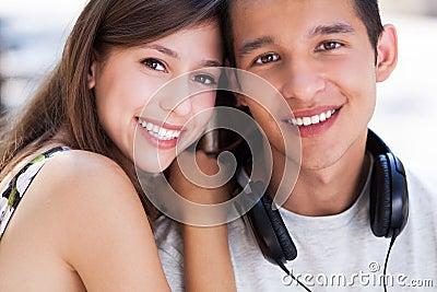 Lyckliga unga par