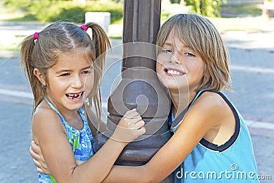 Lyckliga ungar för omfamning