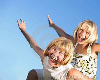 Lyckliga utomhus- systrar
