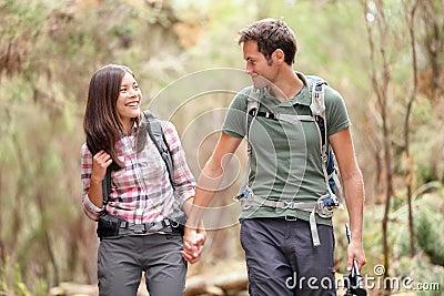 Lyckligt fotvandra för par