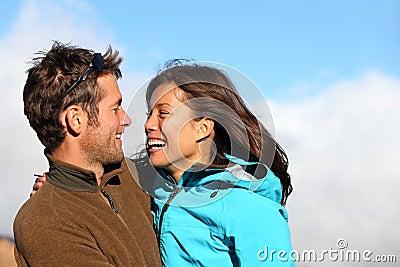 Lyckligt skratta för höstpar som är multiracial