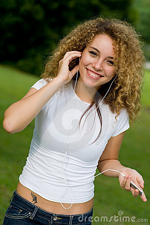 Lyssnande musik utanför till