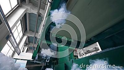 Máquinas verdes funcionam com fibra sintética em uma planta vídeos de arquivo