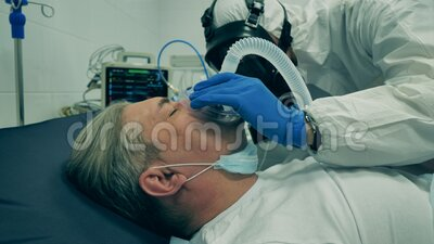 Máscara de oxigênio está sendo dada a um paciente macho dormindo vídeos de arquivo