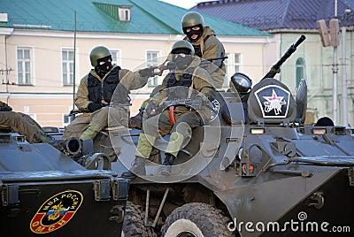 Máscaras vestindo e capacetes do pelotão armado do motim que sentam-se na tropa Imagem de Stock Editorial