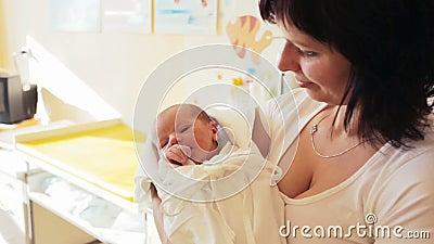 Mãe com seu bebê pequeno bonito, primeiras horas da vida nova filme