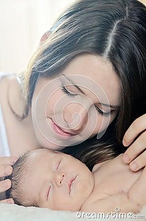Mãe que admira o bebê recém-nascido