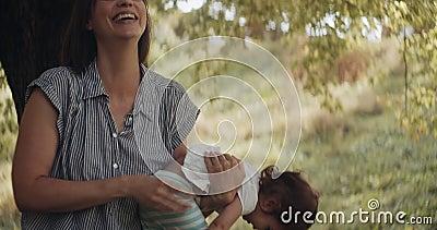 Mãe reconfortando uma menina triste e contorcida video estoque