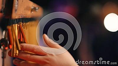 A mão do músico que joga a barra chimes vídeos de arquivo
