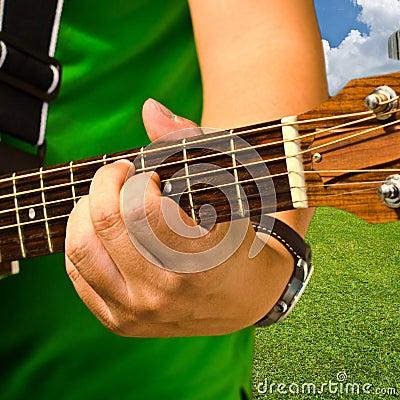 Mão e guitarra