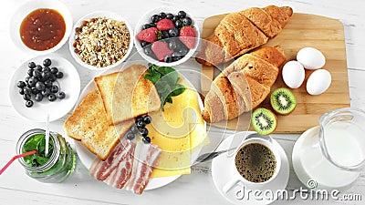 A mão fêmea da vista superior que põe o croissant da padaria sobre servir a tabela pronta para o café da manhã POV disparou filme