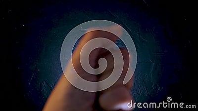 Mão feminina coberta por sequências O movimento da palma da sua mão e brilho multicolorido filme