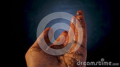 Mão feminina coberta por sequências O movimento da palma da sua mão e brilho multicolorido vídeos de arquivo