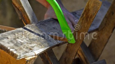 A mão manual dos usos do homem considerou a ferramenta filme