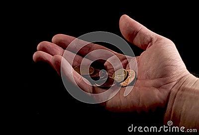 Mão que dá moedas de um centavo