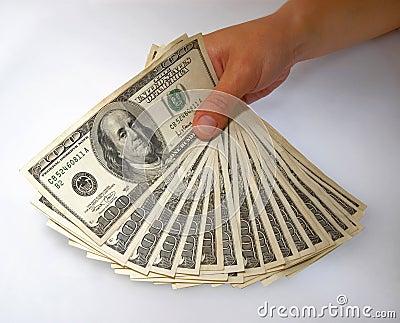 Mão que indica um pacote de contas de dólar