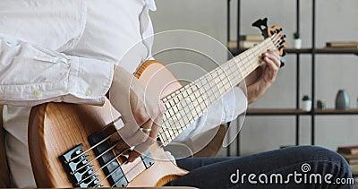 Mãos de músico masculino tocando violão acústico, vista de close filme
