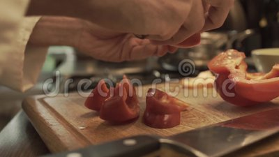 Mãos masculinas que preparam a paprika em uma placa de cozimento de madeira vídeos de arquivo