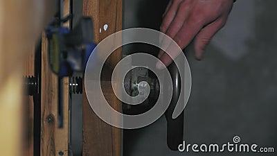 Męska ręka dociska chwyt zbiory wideo