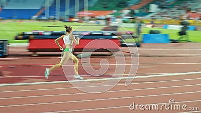 Mädchen-Athlet Runs auf Bahn an der weltweiten Konkurrenz stock video footage