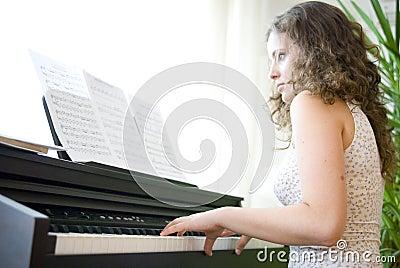 Mädchen auf dem Klavier
