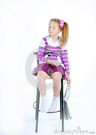 Das mädchen auf dem stuhl auf einem weißen hintergrund
