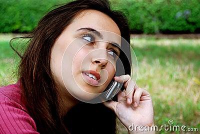 Mädchen auf Mobiltelefon
