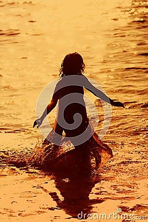 Mädchen, das in das Wasser läuft