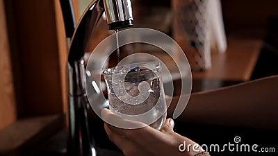 Mädchen, das ein Glas Wasser vom Hahn in der Wanne und im Trinken erhält stock video footage