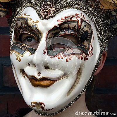 Mädchen, das ein normales Anstarren der venetianischen Karnevalsschablone trägt