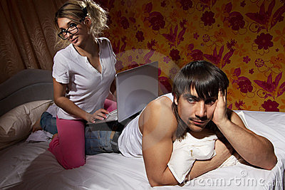 Mädchen, das einen Laptop auf ihrer Freund `s Rückseite verwendet