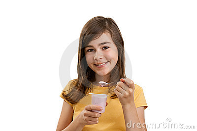 Mädchen, das Joghurt isst