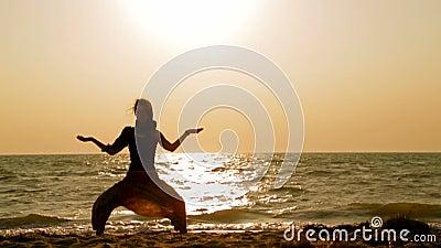 Mädchen, das Yoga auf dem Strand tut stock video footage