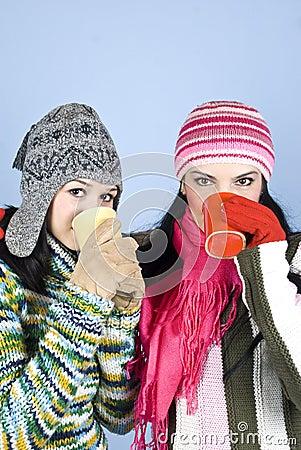 Mädchen der besten Freunde mit heißem Getränk
