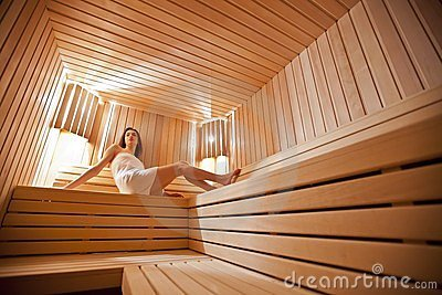 Mädchen in der Sauna