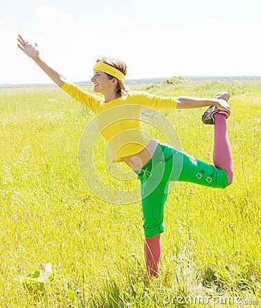 Mädchen in der sportlichen Klage gegen Natur