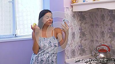Mädchen an einem Apfel erstickt stock video footage