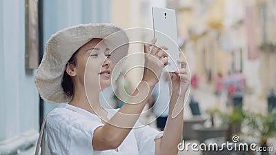 Mädchen in einem Hut, der Bildbereich nimmt stock video