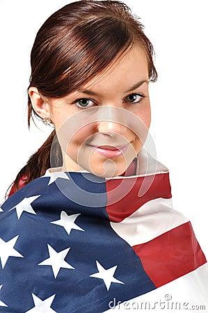 Mädchen eingewickelt in der amerikanischen Flagge
