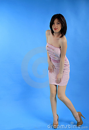 Mädchen im rosafarbenen reizvollen Kleid