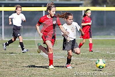 Mädchen jugend fußball fußball spieler die für den ball laufen