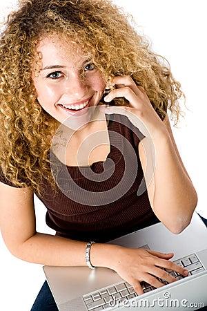 Mädchen am Laptop und am Telefon