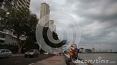 Mädchen laufen entlang Seeseitemutterspiele mit blonder Tochter auf Sperre gegen Gebäude stock video footage