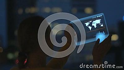 Mädchen mit der Tablette von Zukunft stock video footage
