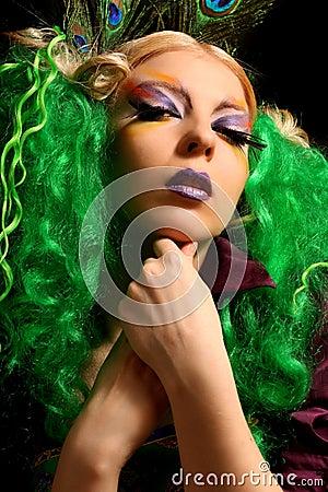 Mädchen pfau mit den grünen haaren lizenzfreie stockfotografie