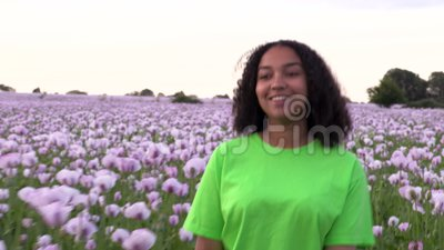 Mädchen-Teenagerweibliche junge Frau, die durch das Feld rosafrosa Mohnblumen geht stock footage