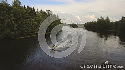 Mädchen und Junge auf dem Jet fahren im Fluss Ski Luftvideo