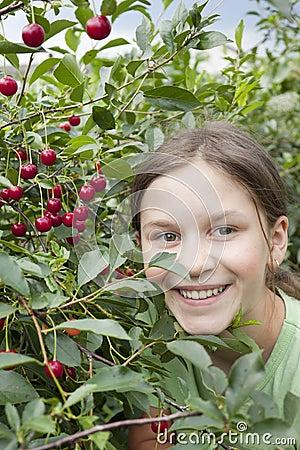 Mädchen unter dem kirschbaum lizenzfreie stockfotografie