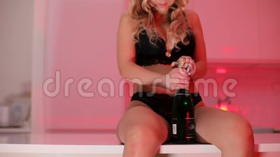 Mädchen in Unterwäsche öffnet eine Flasche Champagner stock video footage